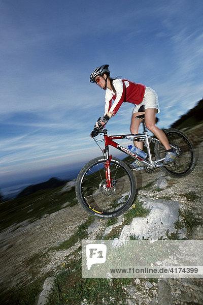 Mountainbikerin fährt bergab
