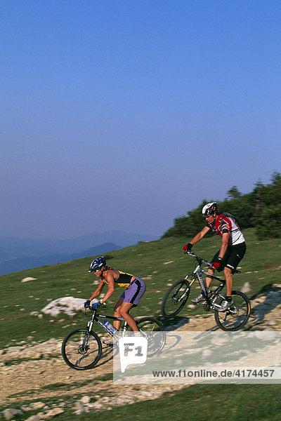 Mountainbiker  führt Kunststück vor