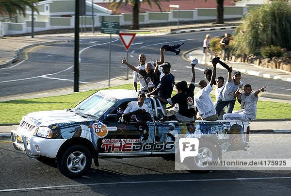 Junge Männer im Jeep  Windhoek  Namibia  Afrika