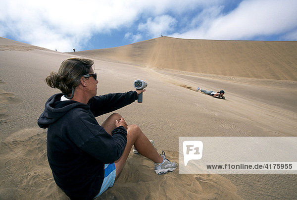 Sandboarding bei Swakopmund  Namibia  Afrika