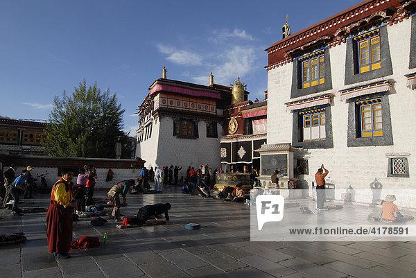 Niederwerfungen der tibetischen Pilger vor dem Jokhang Tempel  Lhasa  Tibet  China  Asien