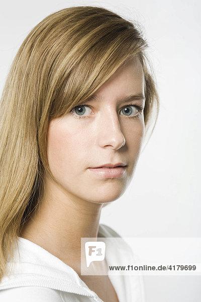 Portrait einer jungen Frau mit langen dunkelblonden Haaren