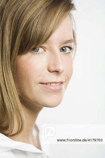 Kopfportrait einer jungen Frau mit dunkelblonden Haaren