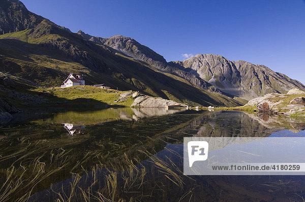 Neue Regensburgerhütte spiegelt sich in Bergsee in den Stubaier Alpen  Nordtirol  Österreich  Europa