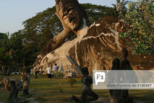 Riesiger liegender Buddha aus Beton im Buddha Park Vientiane  Laos  Asien