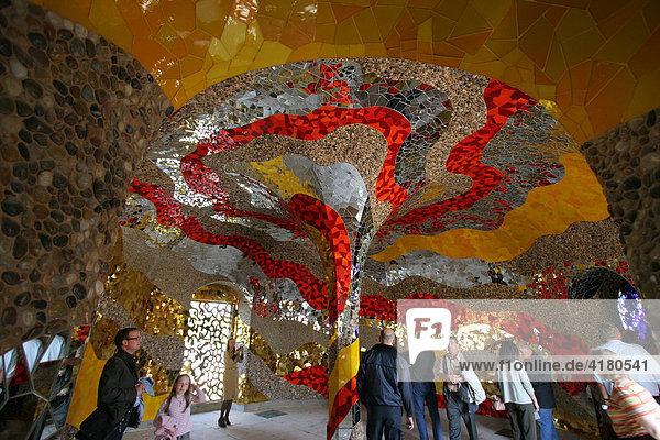 Die historische Grotte in den Herrenhäuser Gärten bei Hannover  bei der EXPO 2000 nach den Plänen der Künstlerin Niki de Saint Phalle neu ausgestaltet worden Niedersachsen  Deutschland