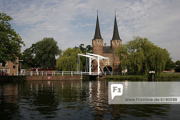 """Das Oostpoort (""""Osttor""""  ca. 1400)  Tor der mittelalterlichen Stadtbefestigung Delft   Niederlande"""