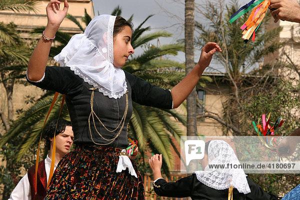 Volkstanz einer Folkloregruppe bei einem Auftritt  Palma de Mallorca  Mallorca  Spanien  Europa