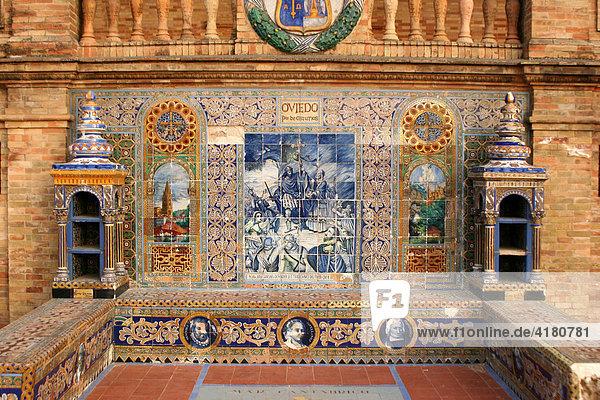 Backsteinbänke mit Zierkacheln und Elementen aus der Volksbaukunst stellen am Plaza de España die spanischen Provinzen dar  Sevilla Andalusien Spanien Europa