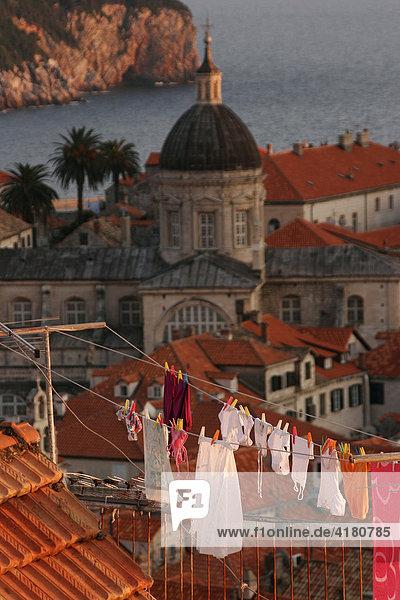 Wäscheleine über den Dächern der Altstadt von Dubrovnik  Dubrovnik  Kroatien  Europa