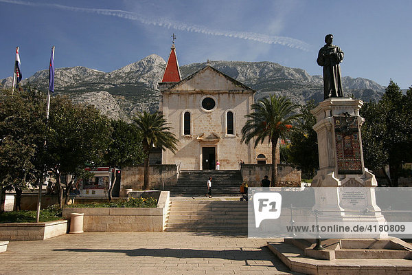 Denkmal zeigt Dichter Andrija Kacic-Miocic  hinten die barocke Pfarrkirche St. Markus  Makarska Kroatien Europa