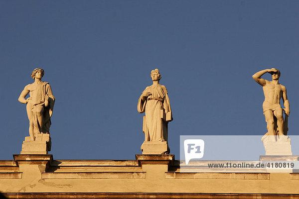 Statuen auf dem Dach des Ethnographischen Museums in Budapest Ungarn Europa