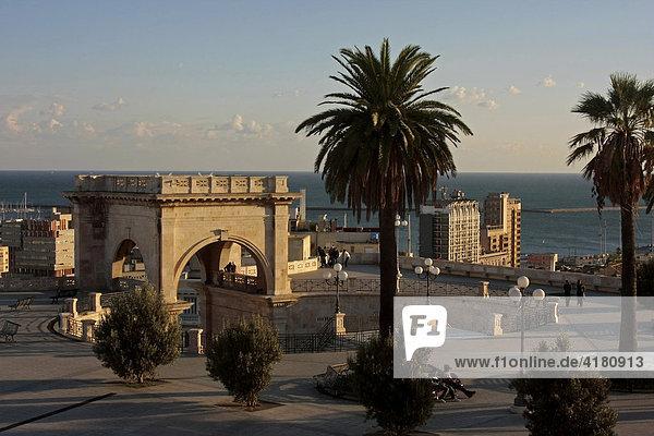 Die Bastione San Remy ist Aussichtsterrasse und Treffpunkt Cagliari Sardinien Italien Europa