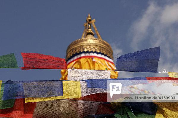'Gebetsfahnen am Stupa von Bodnath in den Farben rot  gelb  weiß  blau und grün. Sie tragen wie die Mani-Mauern die traditionelle tibetische Gebetsformel Om mani padme hum
