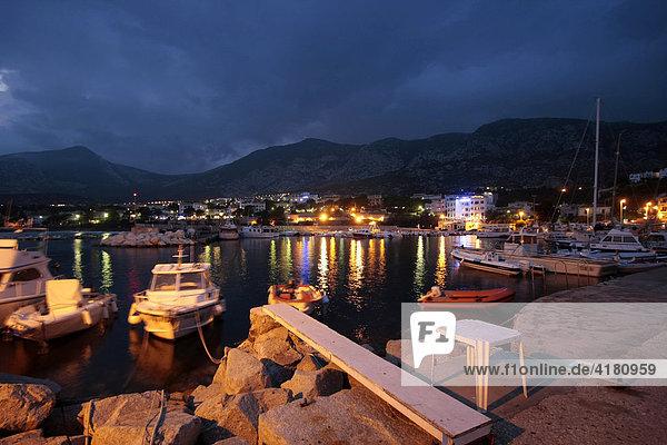 Der kleine Hafen von Cala Gonone auf Sardinien in der Abenddämmerung Sardinien  Italien  Europa