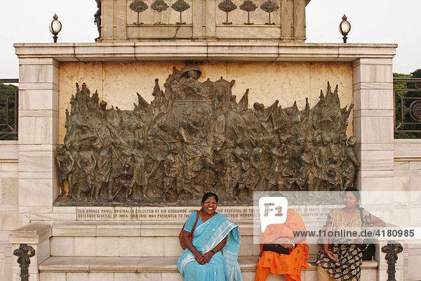Indische Touristinnen posieren vor einer Bronzetafel am Denkmal der Königin Victoria - Victoria Memorial von Kolkata  Westbengalen  Indien  Asien