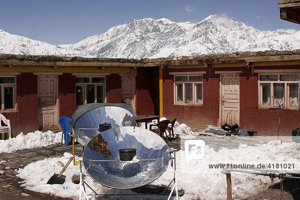Solarkocher im Bergdorf Jharkot auf der Route des Jomsom-Treks Jharkot  Nepal  Asien