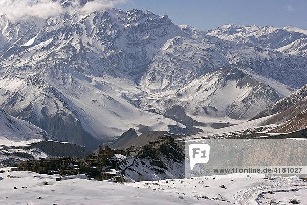 Das dramatisch zwischen schneebedeckten Bergen gelegene Bergdorf Jharkot  Nepal  Asien