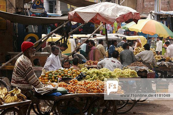 Obst und Gemüse auf dem Markt in der Altstadt von Agra Indien  Asien