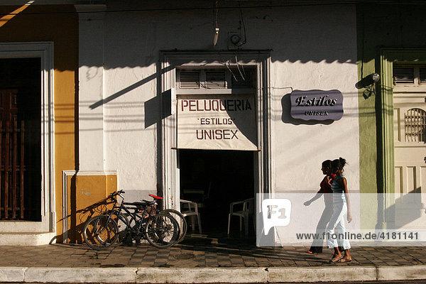 Junge Mädchen vor einem Friseursalon in Granada  Nicaragua  Mittelamerika
