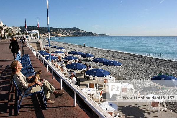 Frau beim Sonnenbad auf der Strandpromenade  Promenade des Anglais in Nizza  Côte d'Azur  Frankreich