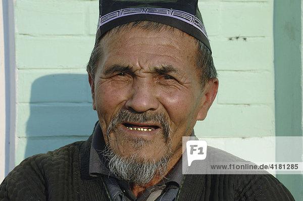 Portrait Mann mit godenen Zähnen Usbekistan
