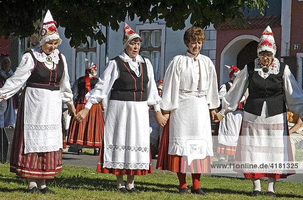 Frauen beim Volkstanz hat Tradition in Estland Baltikum