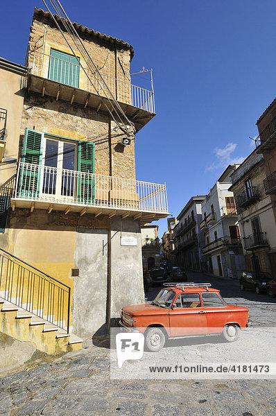 Kleines rotes Auto vor altem Haus  Pietraperzia  Sizilien  Italien  Europa