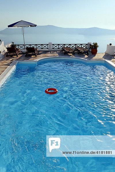 Pool eines Hotels in Imerovigli auf Santorin in der Ägäis  Griechenland