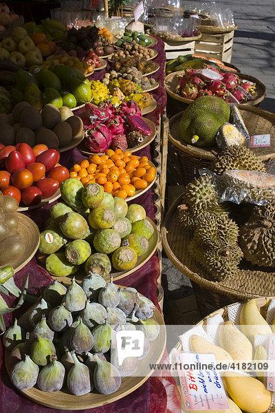 Obststand mit exotischen Früchten  Viktualienmarkt  München  Bayern  Deutschland