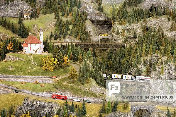 Eisenbahnmodell der Gotthardbahnlinie von Uri ins Tessin mit der Kirche von Wassen  ausgestellt im Verkehrsmuseum in Luzern  Schweiz
