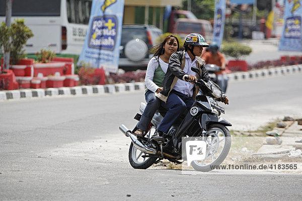 Motorradfahrer in Pangkalanbun  Zentral-Kalimantan  Borneo  Indonesien