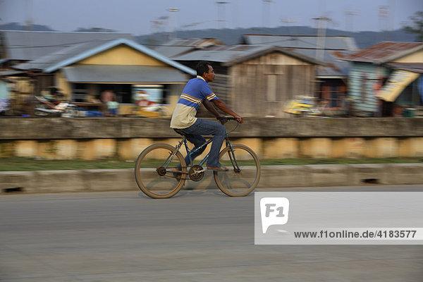 Mann auf Fahrrad in Tenggarong  Ost-Kalimantan  Borneo  Indonesien