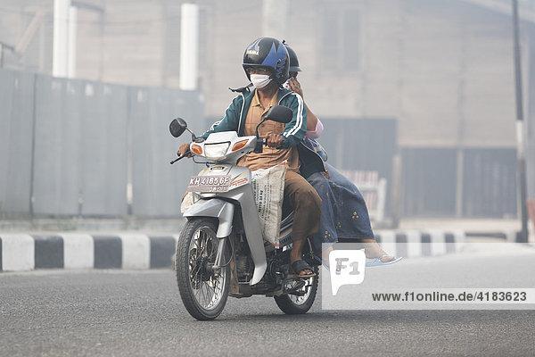 Smog in den Straßen von Pangkalanbun  Zentral-Kalimantan  Borneo  Indonesien