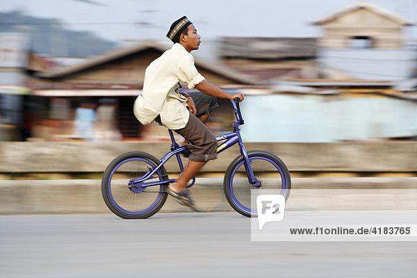 Junge auf Fahrrad  Tenggarong  Ost-Kalimantan  Borneo  Indonesien