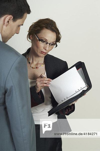 Geschäftsfrau  Business Frau erklärt Unterlagen