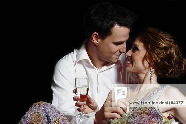 Paar in Abendkleidung liebkost sich