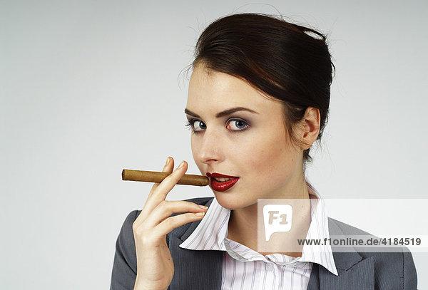 Junge Geschäftsfrau  Managerin  mit Zigarre