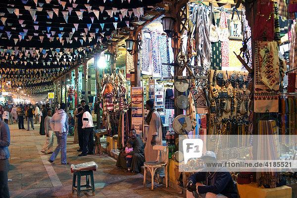 Markt  Suk beleuchtet bei Nacht  Assuan  Aswan  Ägypten