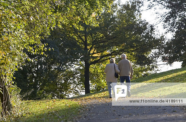 Muenchen  DEU  18.10.2005 - Ein Rentnerpaar geniesst den Spaziergang im Muenchner Olymiapark. Achtung: Ein unwesentliches Bildelement wurde digital entfernt.