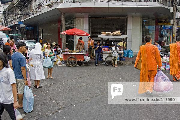 Strassenbild in Bangkok mit zwei Glaubensrichtungen (katholischer Schwester (links) und buddhistischen Mönchen (rechts)  Thailand  Asien