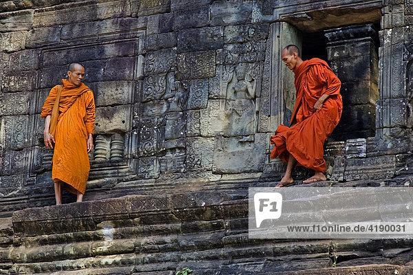 Zwei Mönche in Angkor Wat  Kambodscha  Asien