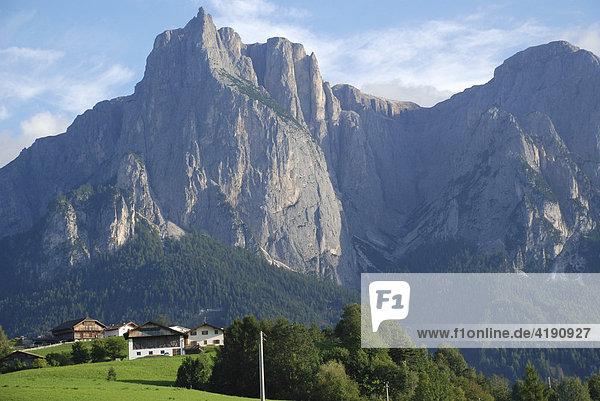 Häuser am Ortsrand Kastelruth vor dem Schlern Südtirol Italien