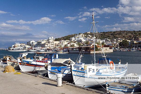 Fischerboote im Hafen von Elounda  Ostkreta  Kreta  Griechenland