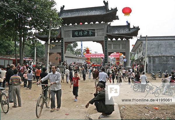 Dorfplatz mit Stadttor in Chenjagou  international Taijiquan Competition  Stadtfest  Henan  China