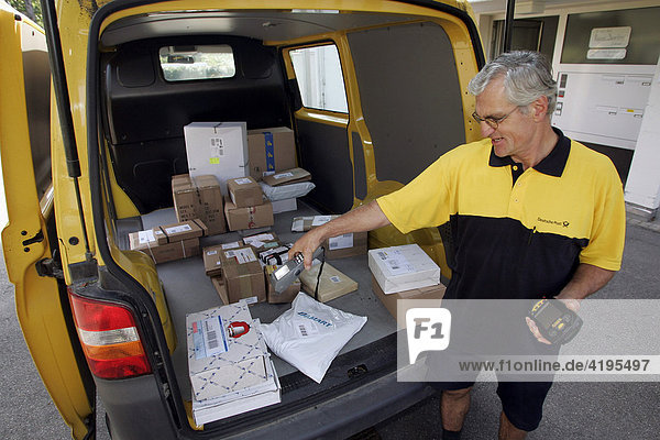 Hubert Blasius trägt in der deutschen Exklave Büsingen am Hochrhein die Post aus. Büsingen gehört politisch zu Deutschland  wirtschaftlich zur Schweiz.