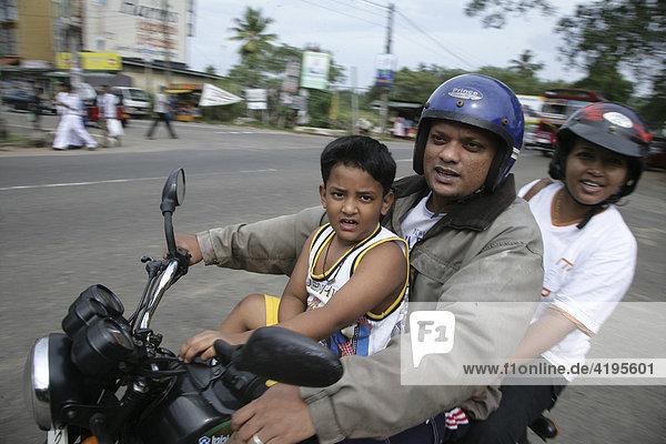 Familienausflug auf dem Motorrad  Godagama  Sri Lanka  Südasien