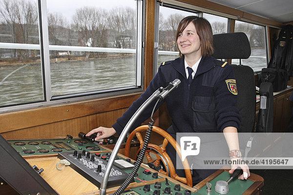 Polizeikommissarin Katrin Pletsch am Steuer des Polizeibootes WSP 11 auf dem Rhein bei Koblenz  Rheinland-Pfalz  Deutschland