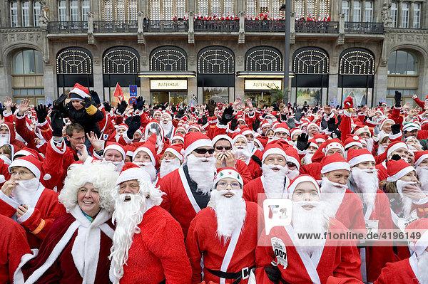 Lauf Santa Lauf  Versuch zum Weltrekord im Weihnachtsmann-Rennen am 16.12.2007 um die Binnenalster in Hamburg  Deutschland