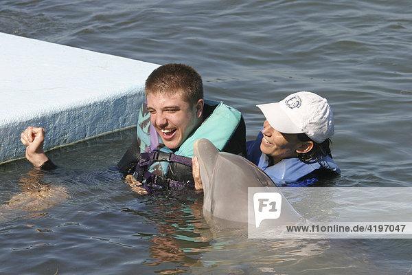Behinderten Schwimmen mit Delphinen in Dolphin Research Center Florida USA